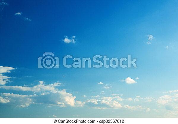 Nube en el cielo azul - csp32567612