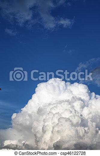 Nube de tormenta en un cielo azul - csp46122728
