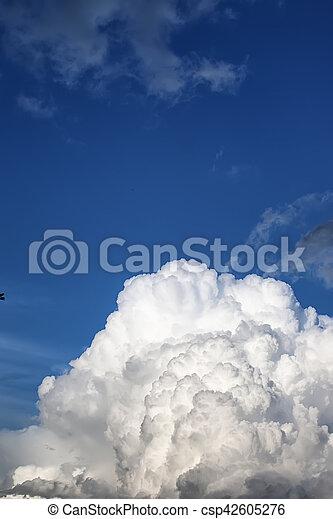 Nube de tormenta en un cielo azul - csp42605276