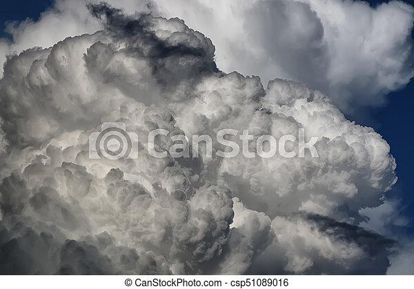 Nube de tormenta en un cielo azul - csp51089016