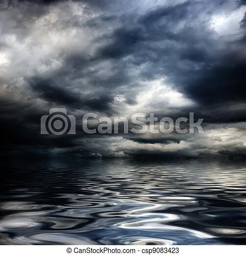 Cielo oscuro y nublado con nubes y olas en el mar - csp9083423