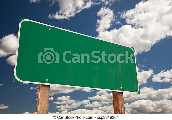 Una señal verde y blanca sobre las nubes - csp3319304