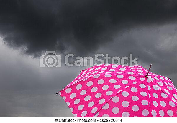 Umbrella con nubes oscuras - csp9726614