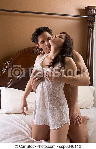 Voir cette photo intitulée Nue Jeune Femme Assise Sur Un Homme Représentant Activité Sexuelle.