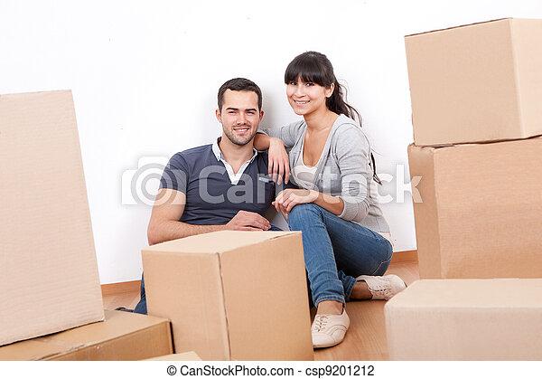 Una pareja se muda a una nueva casa - csp9201212