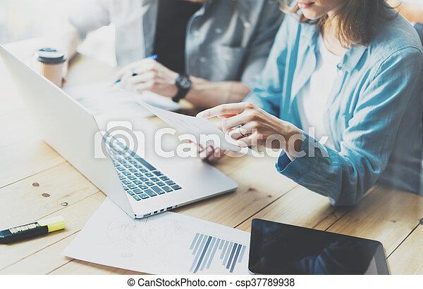 Proceso de discusión del equipo de cuentas, equipo de negocios trabajando con un nuevo proyecto de arranque, cuaderno, mesa de madera, usando dispositivos. Presentación de ideas creativas. - csp37789938