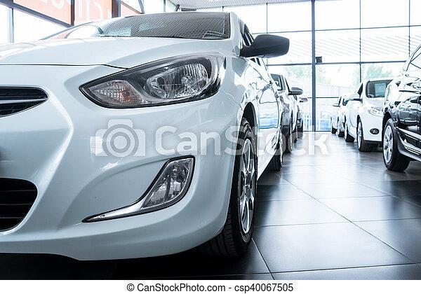Nuevos coches en la sala de exposición de distribuidores - csp40067505