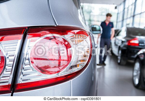 Nuevos coches en la sala de exposición de distribuidores - csp43391801