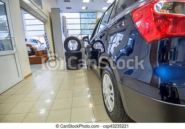 Nuevos coches en la sala de exposición de distribuidores - csp43235221