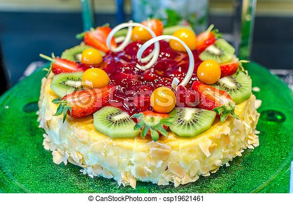 Fruta decorada con fruta y nueces - csp19621461