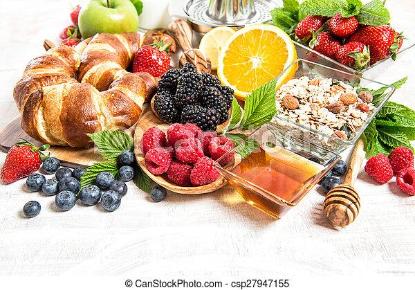 nutrição, saudável, berries., armando, muesli, tabela, fresco, pequeno almoço, croissants - csp27947155
