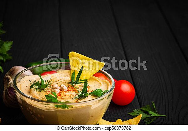 nutritivo, close-up, cheio, experiência., madeira, hummus., tigela, space., vidro, pretas, prato, nachos, cópia, árabe - csp50373782
