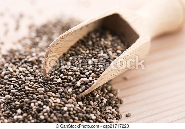 Semillas de chia nutritivas en una cuchara de madera - csp21717220