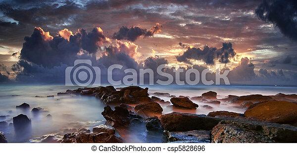 nuvens, roxo, oceânicos, escuro, dramático, mar - csp5828696