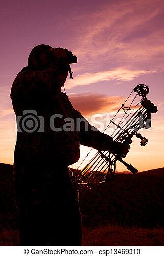 Bowhunter al atardecer - csp13469310