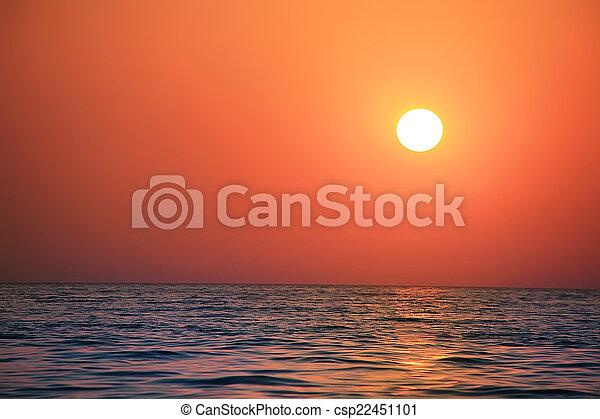 Paisaje marino al atardecer - csp22451101