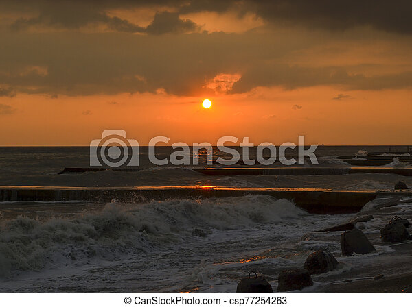 ocaso, orilla de mar - csp77254263