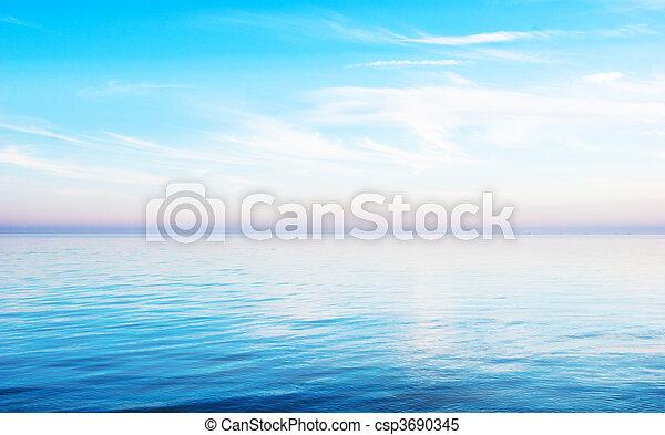 Al atardecer, un paisaje marino tranquilo - csp3690345