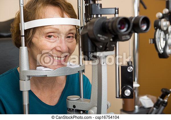 occhio, donna senior, esame, subire - csp16754104