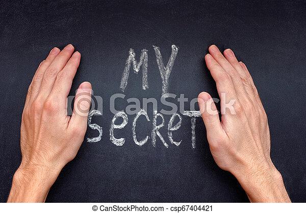Las manos encubriendo mi secreto - csp67404421