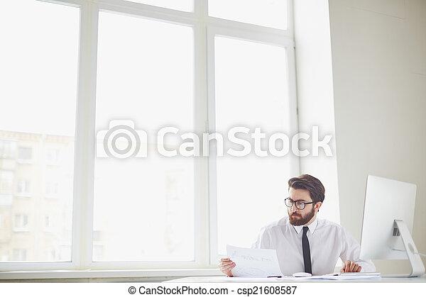 Trabajador de oficina ocupado - csp21608587