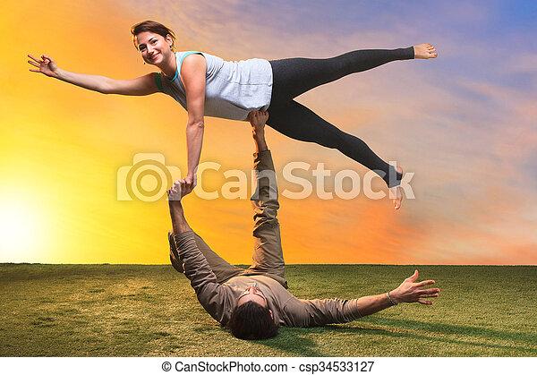 oefeningen yoga twee mensen yoga mensen hemel twee