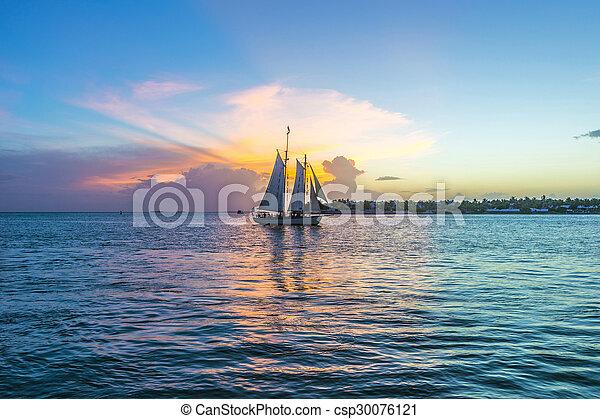 Sunset en Key West con un bote - csp30076121
