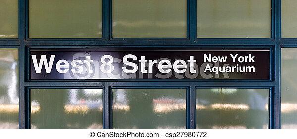 Estación de metro de la calle 8 Oeste, Brooklyn, NY - csp27980772