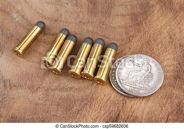 Cartuchos y dólares de plata en el salvaje oeste - csp59682606