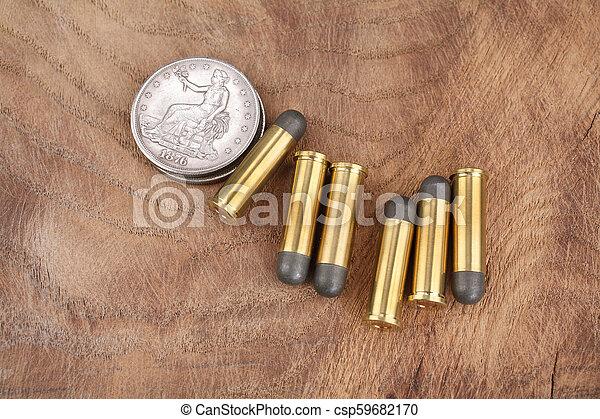 Cartuchos y dólares de plata en el salvaje oeste - csp59682170