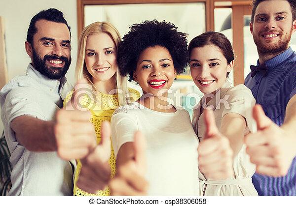Feliz equipo creativo mostrando pulgares arriba en la oficina - csp38306058
