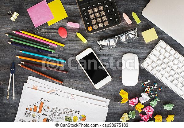 oficina desordenada, escritorio - csp38975183