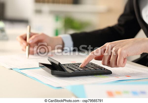 oficina ejecutiva, calculadora, calculador, manos - csp79565791