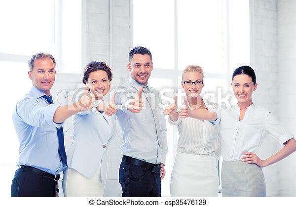 Equipo de negocios mostrando pulgares arriba en la oficina - csp35476129