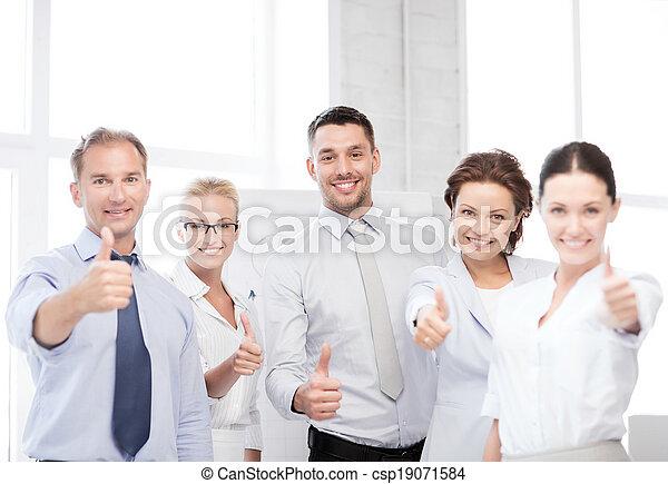 Equipo de negocios mostrando pulgares arriba en la oficina - csp19071584