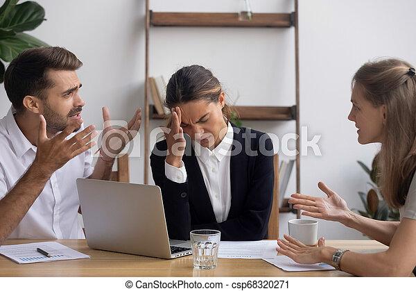 Empleado estresado de oficina con jaqueca en la reunión de negocios - csp68320271