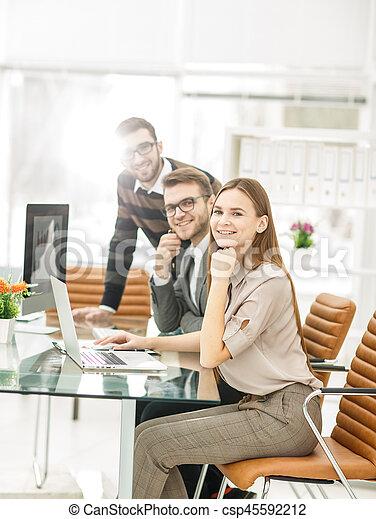 Un exitoso equipo de negocios en la oficina en un día de trabajo. - csp45592212