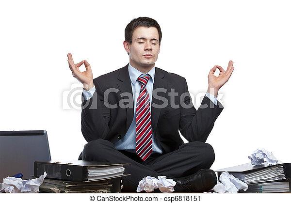 Un hombre de negocios estresado y frustrado medita en el escritorio - csp6818151