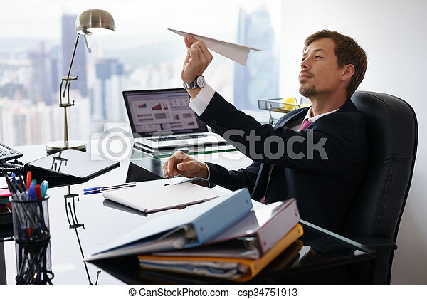 """Expresa tu momento """" in situ """" con una imagen - Página 40 Oficina-lanzamiento-trabajador-papel-retrato_csp34751913"""