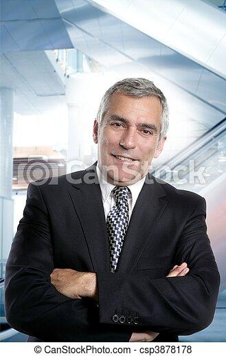 Un hombre de negocios de trajes mayores feliz - csp3878178
