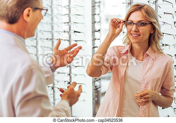En el oftalmólogo - csp34523536