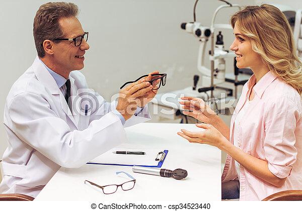 En el oftalmólogo - csp34523440