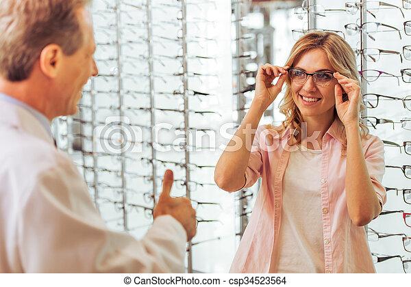 En el oftalmólogo - csp34523564