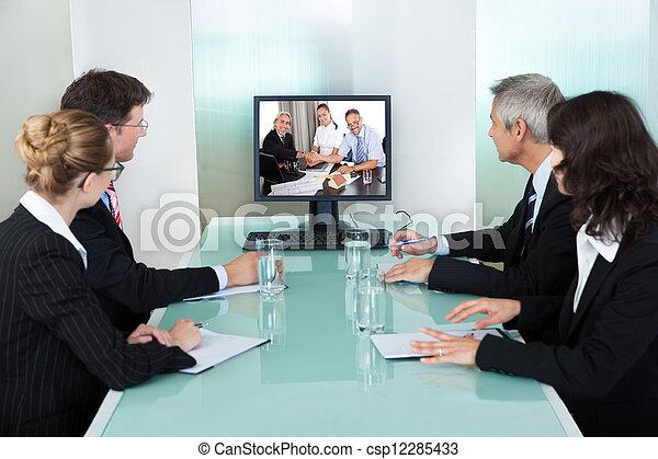 oglądając, prezentacja, businesspeople, online - csp12285433