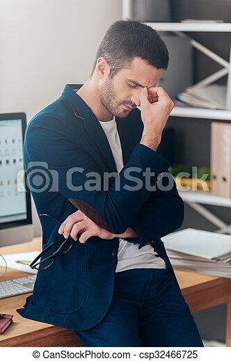 bbdfb3e936a97 ojos, lentes, oficina, cansado, mantener, depressed., joven, mientras,  proceso de llevar, propensión, uso, cerrado, escritorio, sentimiento,  frustrado, ...