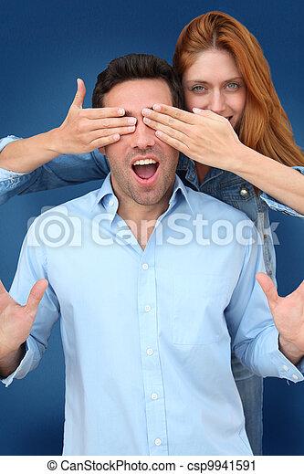 Mujer escondiendo los ojos de su novio - csp9941591