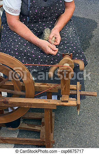 old spinning wheel - csp6675717