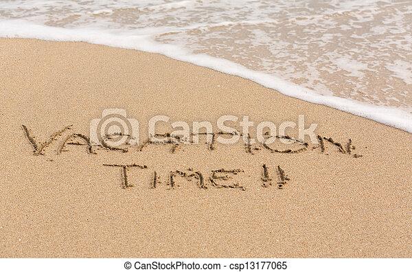 Tiempo de vacaciones escrito en arena con olas de mar - csp13177065