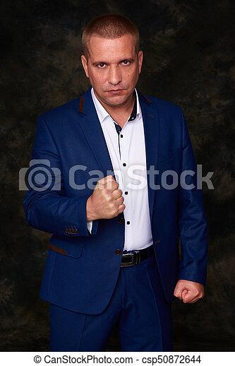 olhar, homem negócios, zangado, câmera - csp50872644