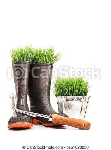Botas de goma con hierba en marihuana y herramientas - csp1628050